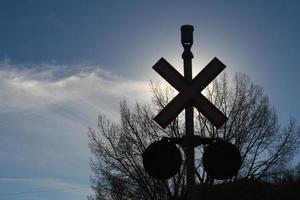 Zug überquert Silhouette foto