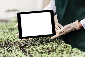 Ingenieurin der Biotechnologie mit Tablette foto