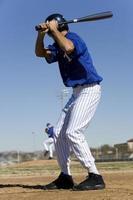 Baseballschläger gegenüber Krug während des Wettkampfspiels, konzentrieren Sie sich auf foto
