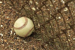 Baseball gegen rostigen Zaun foto