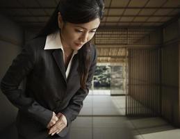 Geschäftsfrau verbeugt sich foto
