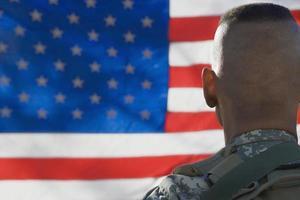 Soldat mit Pistole foto