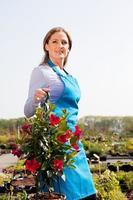 Frau hält hängenden Korb, Porträt foto
