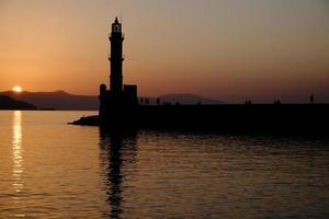alter venezianischer Hafen und Leuchtturm von Chania foto