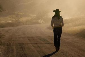 Cowgirl auf einer staubigen Straße