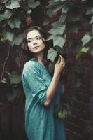 Straßenporträt der jungen Frau foto