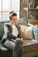 Geschäftsfrau, die in der Dachbodenwohnung entspannt foto