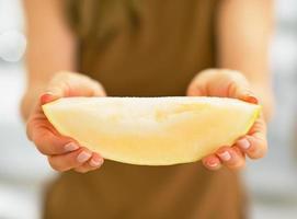 Nahaufnahme auf junge Frau, die Melonenscheibe zeigt