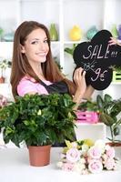 schöne Mädchen Floristin im Blumenladen foto