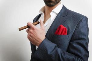Nahaufnahme eines Geschäftsmannes mit Taschentuch und einer Zigarre foto