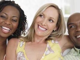 fröhliche multiethnische Freunde foto