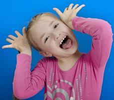 junges fröhliches Mädchen foto