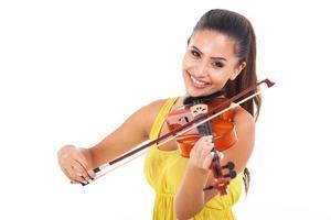 fröhliche Frau, die Geige spielt foto
