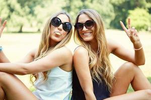 zwei fröhliche Mädchen Zwillinge
