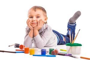 fröhliches Kind zeichnet. isoliert foto