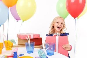 fröhliches Mädchen, das Geschenkbox hält