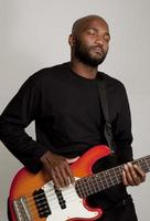 Mann spielt Bass