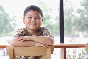 Junge mit einem fröhlichen Ausdruck. foto