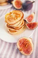 Pfannkuchen mit Honig und Feigen