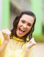 fröhliche junge Frau im Regen foto