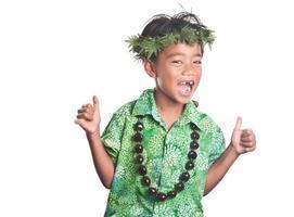 junger Mann, der Aloha Jubel verbreitet foto