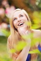 fröhliches Mädchen in einem Garten