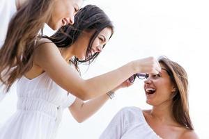 fröhliche Frauen, die Spaß im Freien haben foto