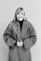 fröhliche junge Frau im Mantel foto