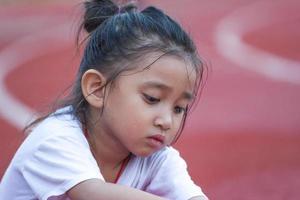 fröhliches Mädchen im Sportstadion foto