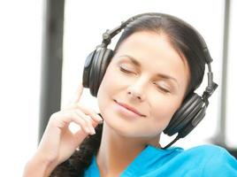 Frau mit Kopfhörern, die Musik hören foto