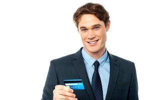 fröhlicher Geschäftsmann, der Kreditkarte hält