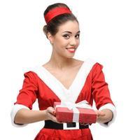fröhliches Retro-Mädchen, das rotes Geschenk hält foto