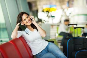 fröhliche Frau, die am Handy spricht