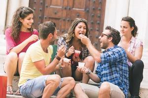 Gruppe von Touristen, die Matsch in Italien essen foto