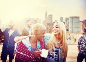 Freundschaftsfeier Dachterrasse fröhliches Konzept foto