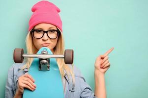 fröhliches Mädchen, das auf blauem Hintergrund steht foto