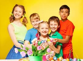 Kinderporträt, die östliche Eier halten und lächeln foto