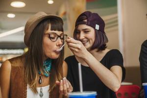 Freundinnen im Einkaufszentrum foto