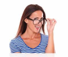 fröhliche Dame, die lächelt und eine Brille trägt foto