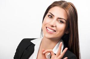 glücklich lächelnde fröhliche junge Geschäftsfrau foto