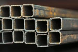 Serie von Metallrohren unterschiedlicher Größe foto