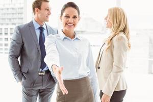 fröhliche Geschäftsfrau mit Kollegen im Büro foto