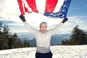 fröhlicher junger Mann mit USA-Flagge foto