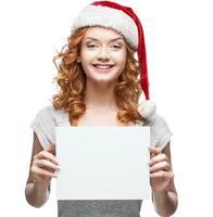 junges fröhliches Mädchen, das Zeichen auf Weiß hält foto