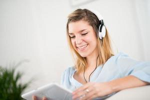 fröhliche junge Frau, die Musik zu Hause hört