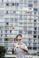 Mann jongliert foto