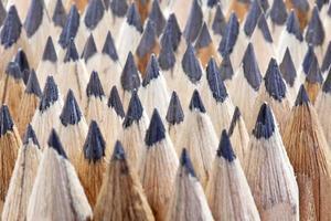 Reihen von Bleistiftspitzen aus scharf gemahlenem Graphitholz foto