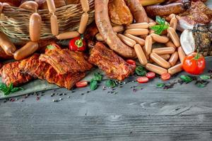 Auswahl an Fleisch und Würstchen