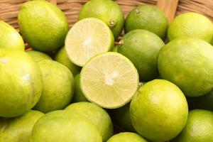 Zitronen in einem Korb.