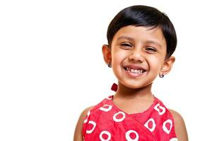 isoliertes Porträt des fröhlichen kleinen indischen Mädchens foto